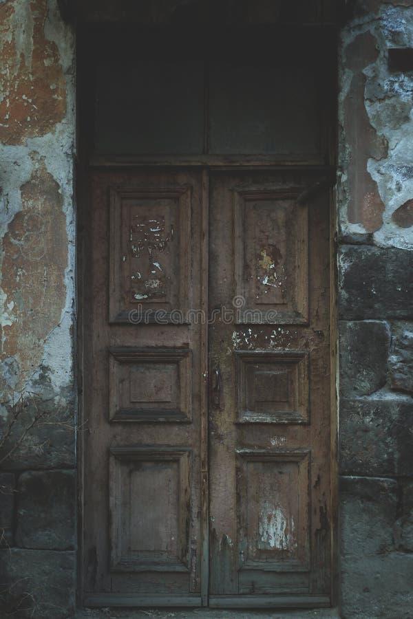Старая деревянная дверь в пригородном городке стоковые изображения rf