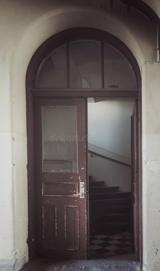 Старая деревянная дверь в Швеции стоковое фото