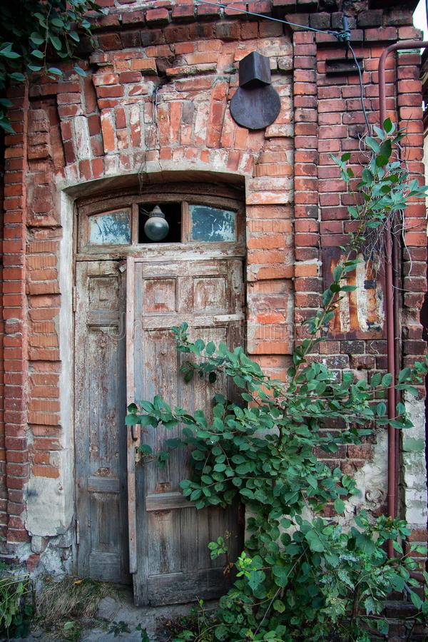 Старая деревянная дверь дома красного кирпича стоковая фотография