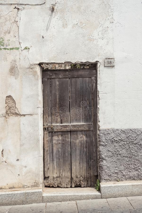 Старая деревянная дверь Дом сделанный камней, древесина, в Oliena, Нуоро, Сардиния, Италия, Европа стоковая фотография
