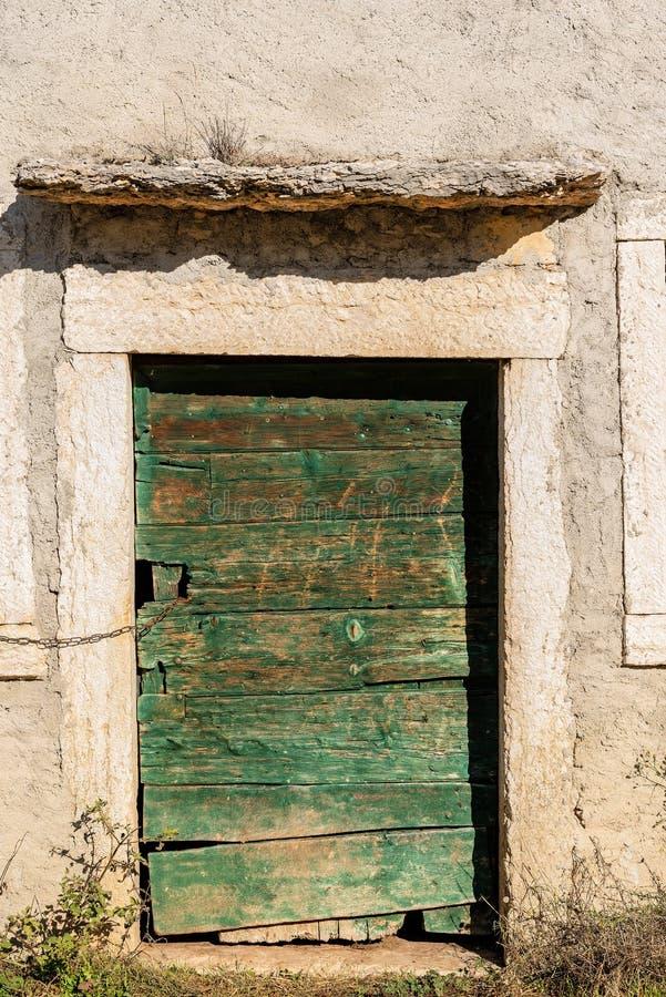 Старая деревянная дверь - загородный дом Верона Италия стоковые изображения