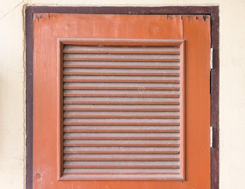 Старая деревянная дверь с жалюзи стоковое изображение rf