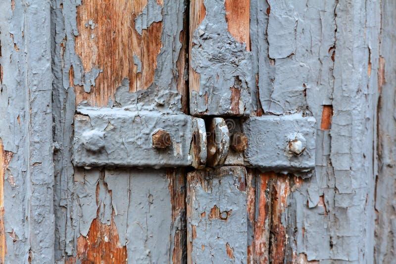 Старая деревянная дверь с кронштейнами для padlock стоковая фотография rf