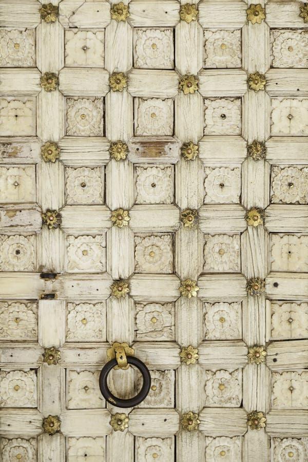 Старая деревянная дверь с повторять картину стоковое изображение rf