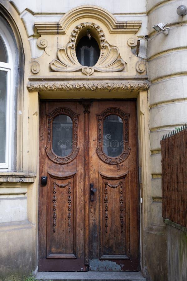 Старая деревянная дверь с характером в городе Краков, Poand Фото принято в Kazimierz, исторический еврейский квартал стоковые изображения