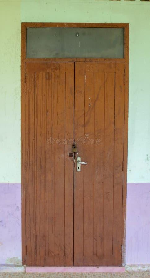 Старая деревянная дверь тайской школы на Phatthalung стоковые фотографии rf