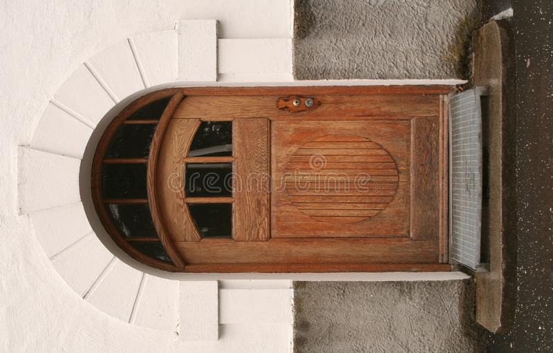 Старая деревянная дверь стоковая фотография