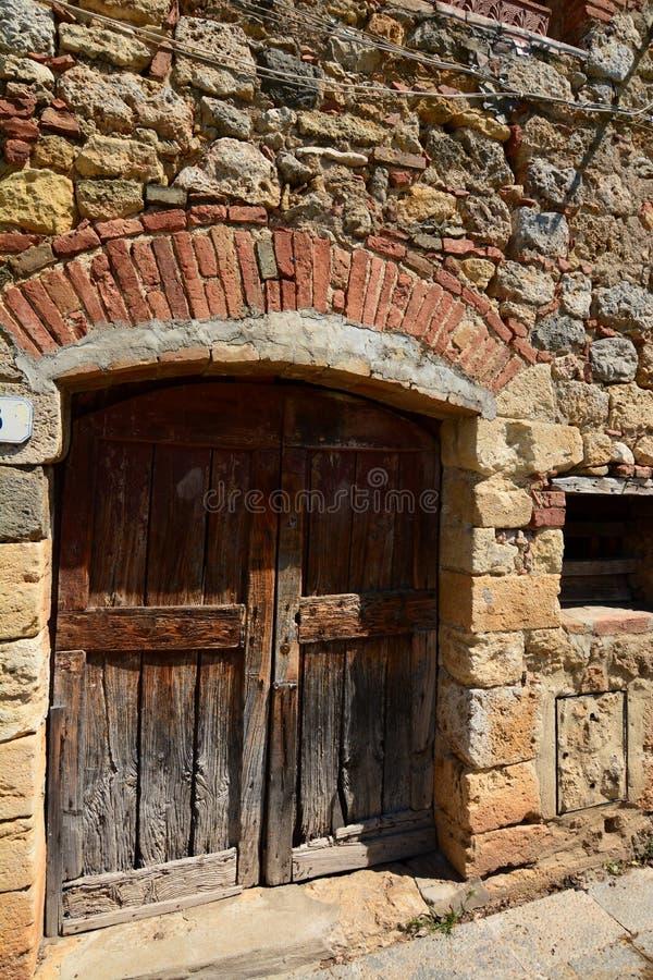 Старая деревянная дверь Monteriggioni Toscana r стоковое изображение rf