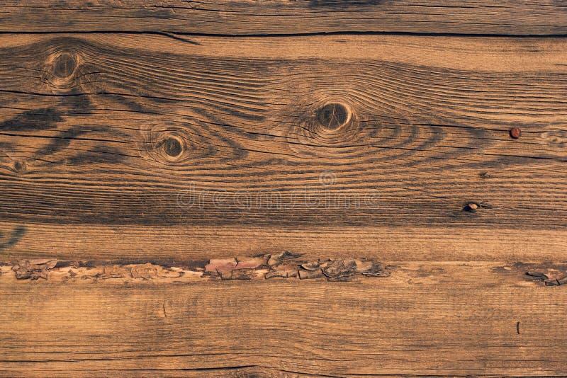 Старая деревянная загородка сделанная доск с корой стоковое изображение rf