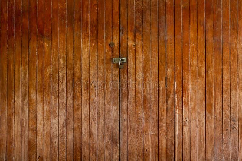Старая деревянная запертая дверь стоковое фото