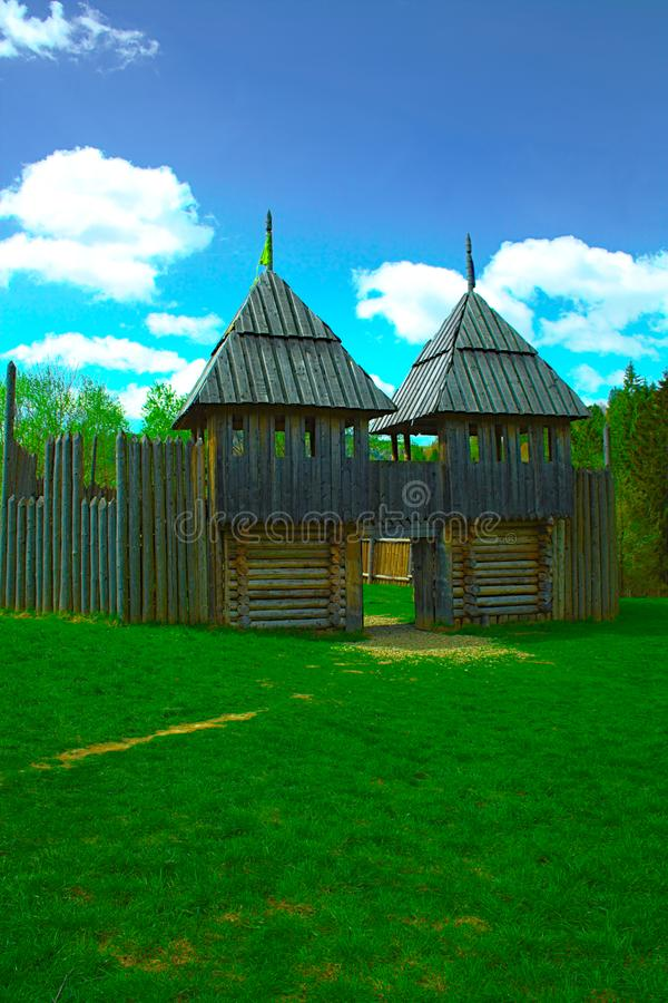 Старая деревянная крепость, зеленая лужайка стоковые изображения rf