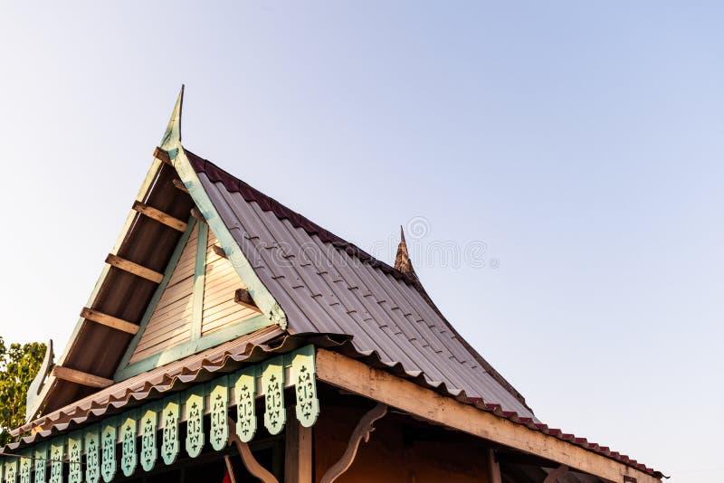 Старая деревянная крыша на предпосылке голубого неба стоковые изображения rf