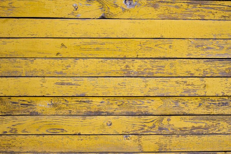 Старая деревянная поверхность покрытая с облупленной желтой краской стоковая фотография rf