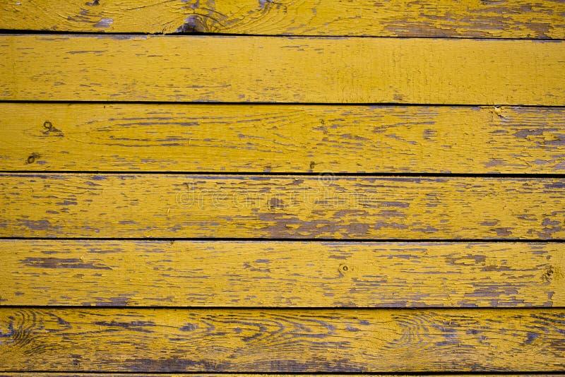 Старая деревянная поверхность покрытая с облупленной желтой краской стоковое фото rf