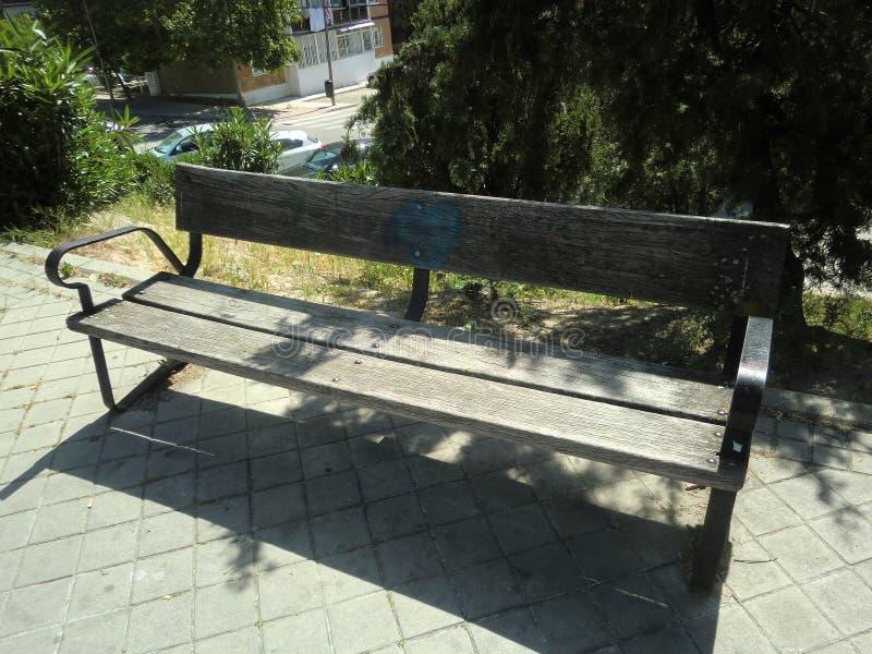 Старая деревянная скамья с ржавыми винтами на весенний день стоковые изображения rf