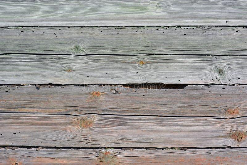 Старая деревянная стена с трассировками красной краски стоковое изображение rf