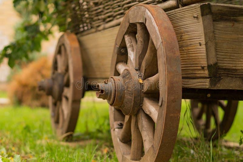 Старая деревянная тележка стоковые фото