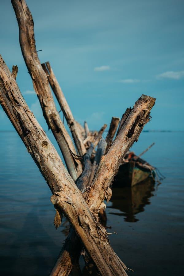 Старая деревянная шлюпка принимала воду стоковое изображение