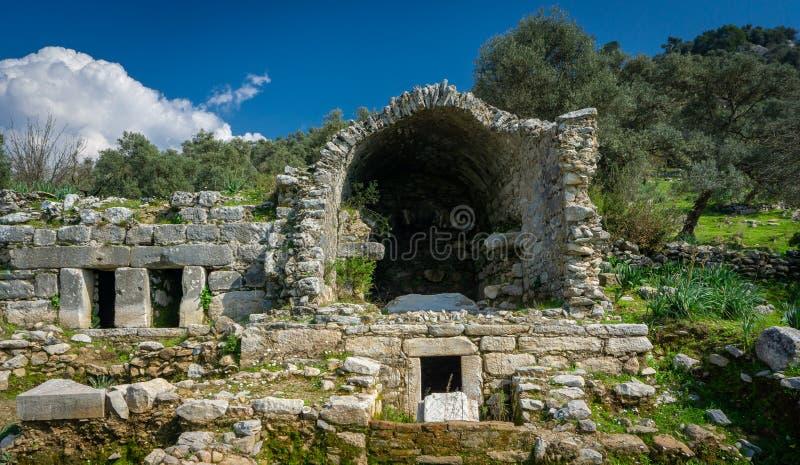 Старая деталь мавзолея от руин древнего города Euromos Milas, Aydin, Турция Южный некрополь Старые загубленные своды стоковые изображения rf