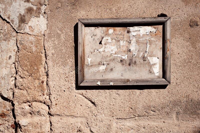 Старая доска для сообщений на стене стоковое фото rf