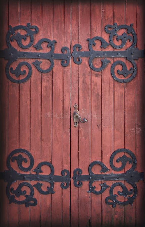 Старая деревянная дверь амбара стоковые фото