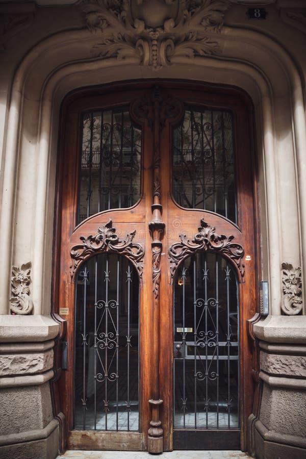 Старая деревянная дверь в здании расположенном в Барселоне, Испании стоковые изображения