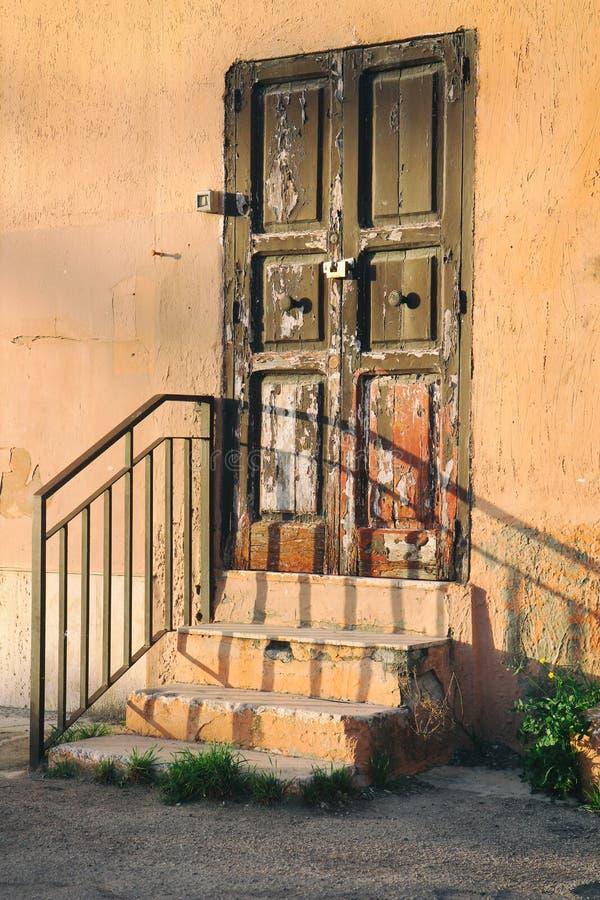 Старая деревянная дверь в Италии стоковые фото