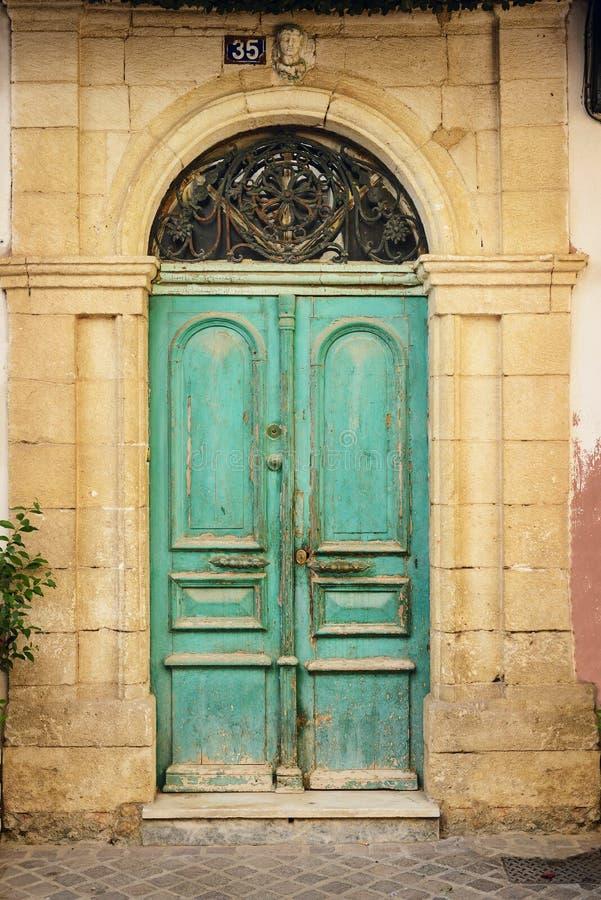 Старая деревянная дверь в доме древнегреческия. Крит стоковые фотографии rf