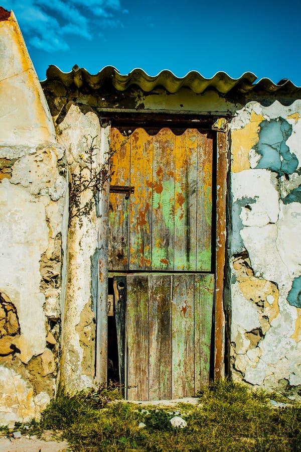 Старая деревянная дверь и выдержанные каменные стены стоковые фотографии rf