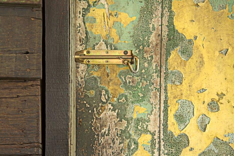 Старая деревянная дверь с замком. стоковая фотография rf