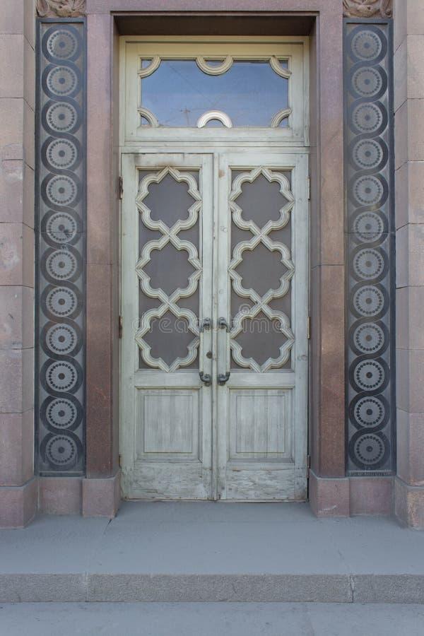 Старая деревянная дверь с стеклом стоковое фото