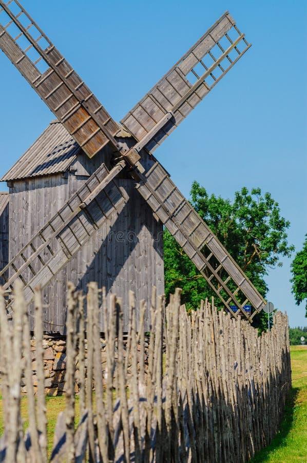 Старая деревянная ветрянка на острове Saaremaa, Эстонии стоковые изображения rf