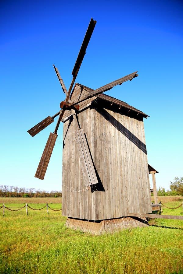 Старая деревянная ветрянка стоковые изображения