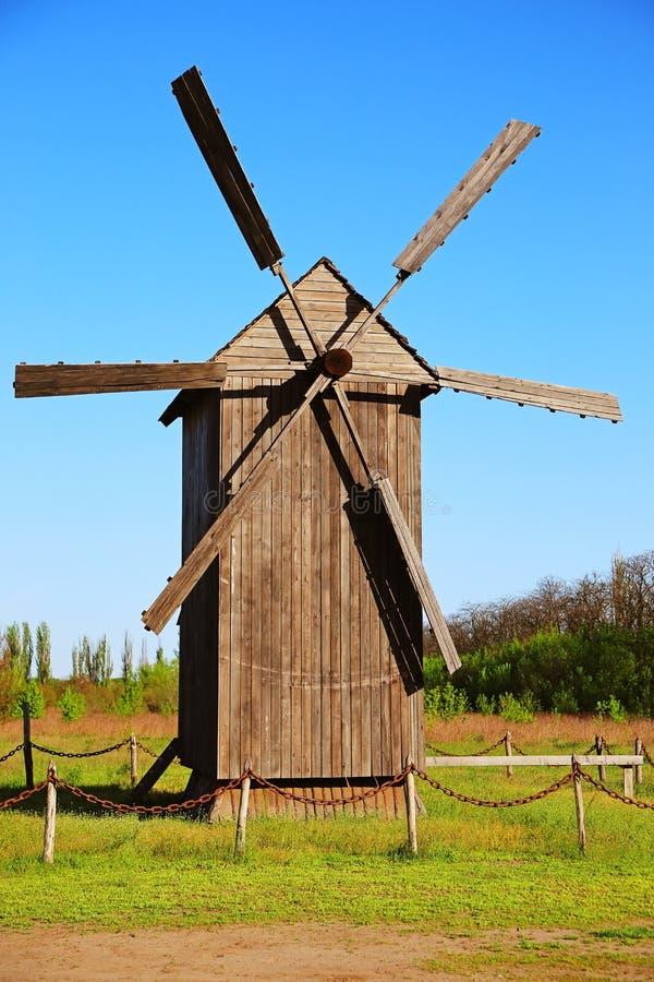 Старая деревянная ветрянка стоковые фотографии rf