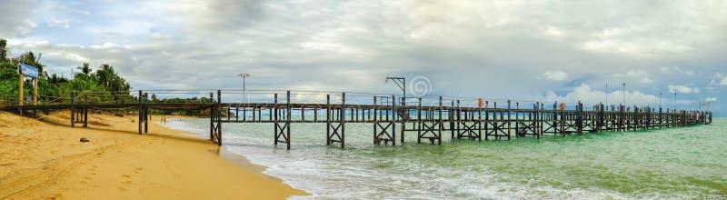 Старая деревянная пристань протягивая вне к морю стоковые фото