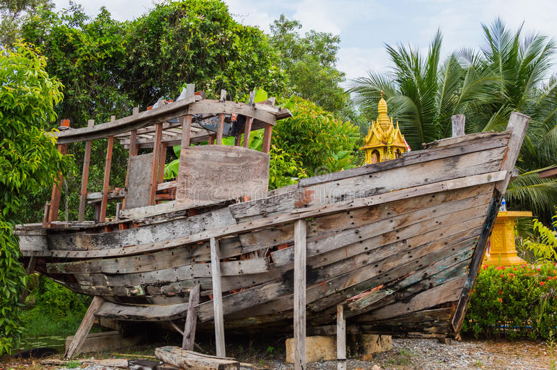 Старая деревянная рыбацкая лодка в саде как деталь украшения стоковая фотография rf