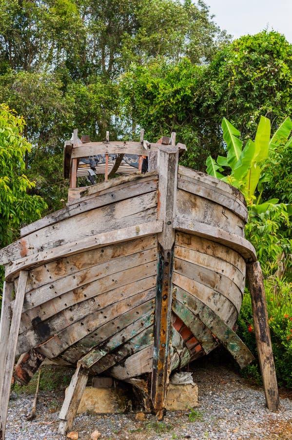 Старая деревянная рыбацкая лодка в саде как деталь украшения стоковое фото