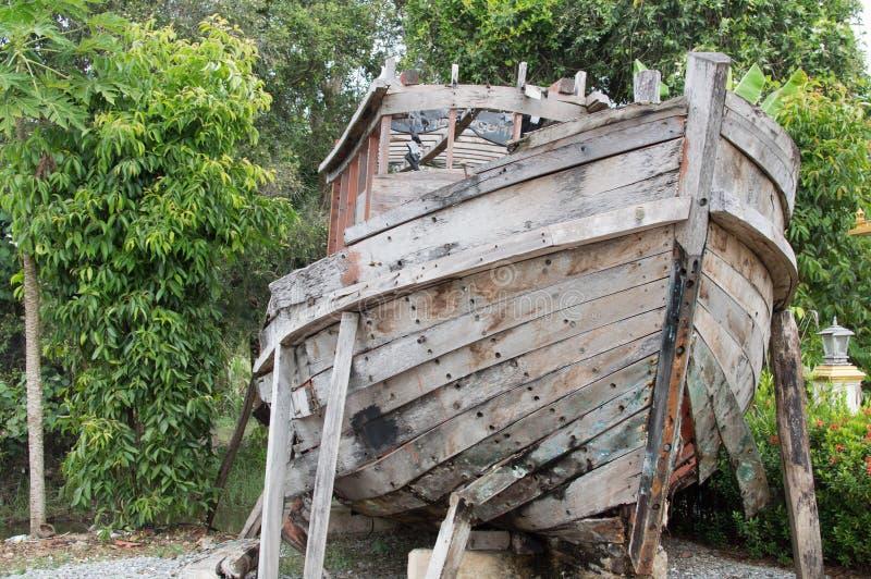 Старая деревянная рыбацкая лодка в саде как деталь украшения стоковые изображения