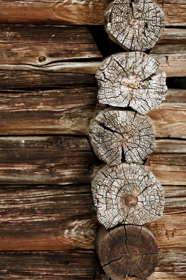 Старая деревянная стена - журналы закрывают вверх стоковые фото