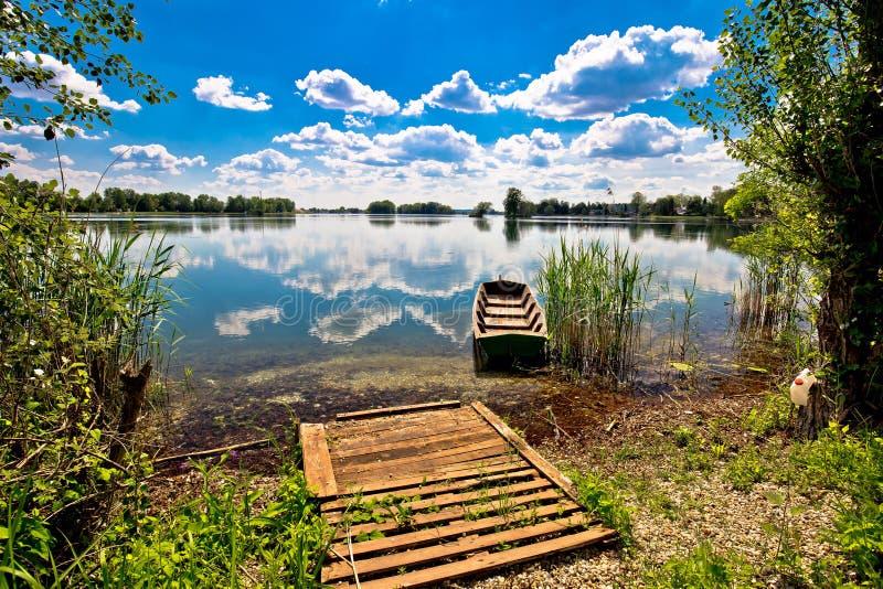 Старая деревянная шлюпка на озере Soderica стоковые фото