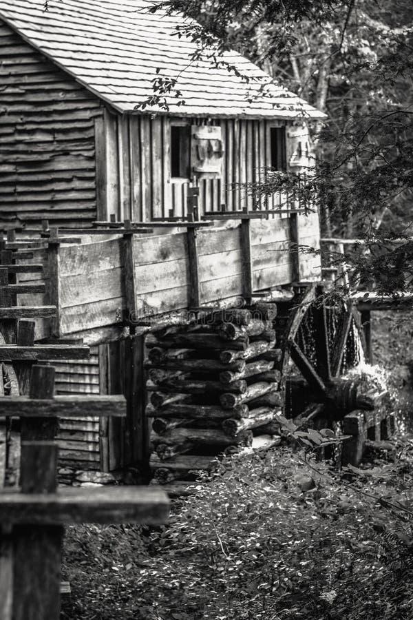 Старая лесопилка в горах стоковая фотография rf