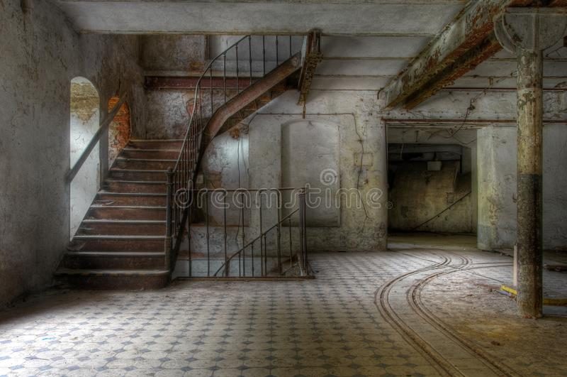 Старая лестница в покинутой зале стоковые фотографии rf