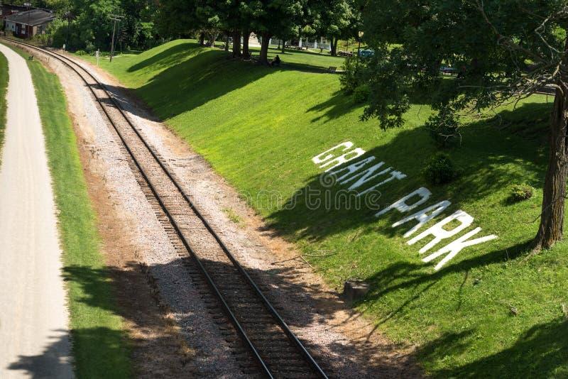Старая железная дорога в свинчаке на яркий день стоковое фото rf
