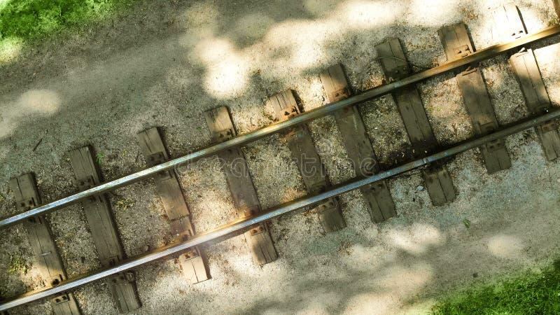 Старая железная дорога с деревянными слиперами дел стоковые фотографии rf