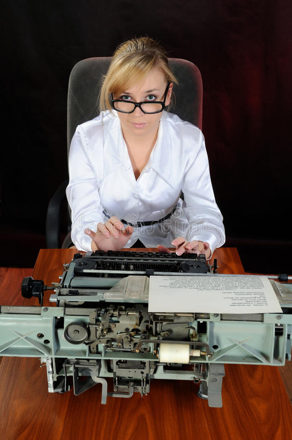 старая женщина машинки работает детеныши стоковое изображение rf