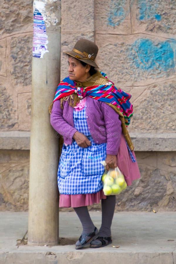 Старая женщина Aymara в Tupiza с традиционными одеждами, Боливии стоковое фото