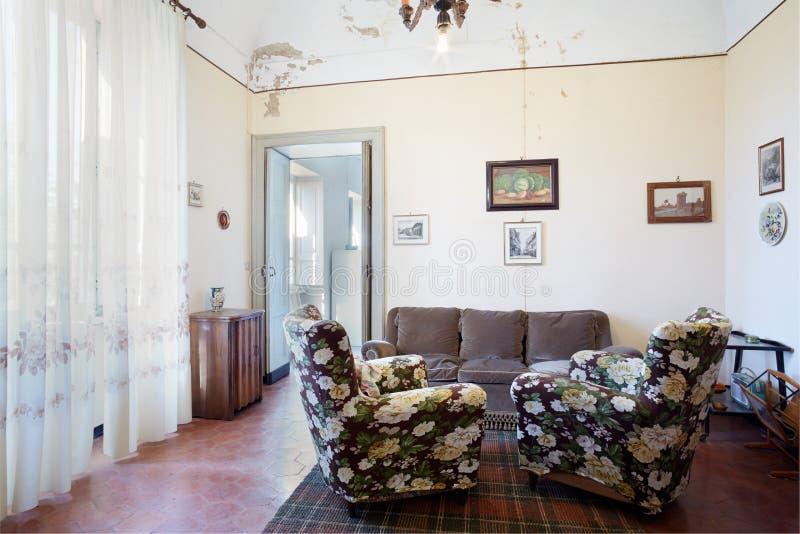 Старая живущая комната в загородном доме стоковое фото