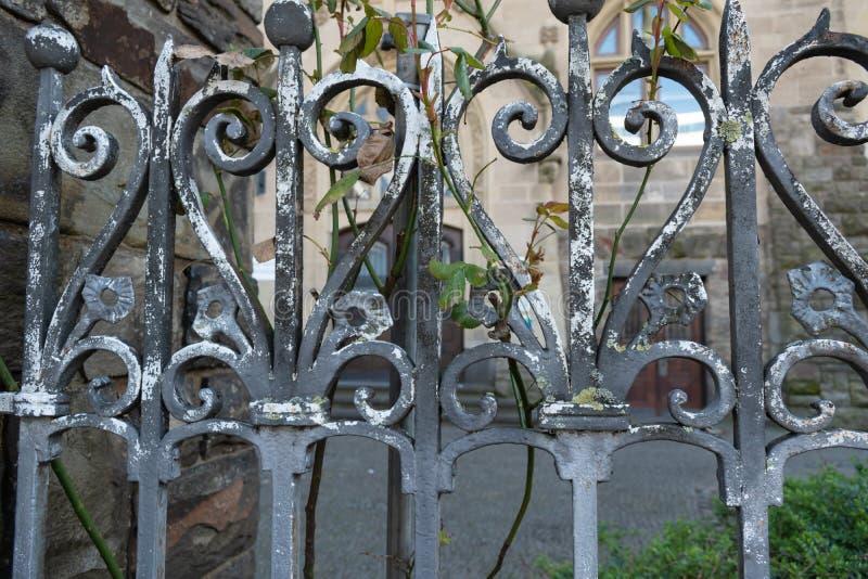 Старая загородка утюга с ростом стоковое изображение