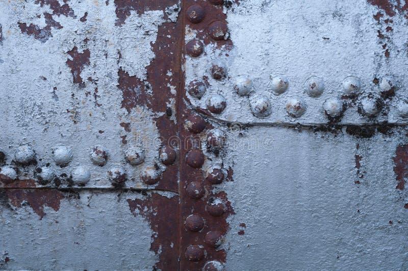 Старая заклепанная ржавая предпосылка металла стоковое фото
