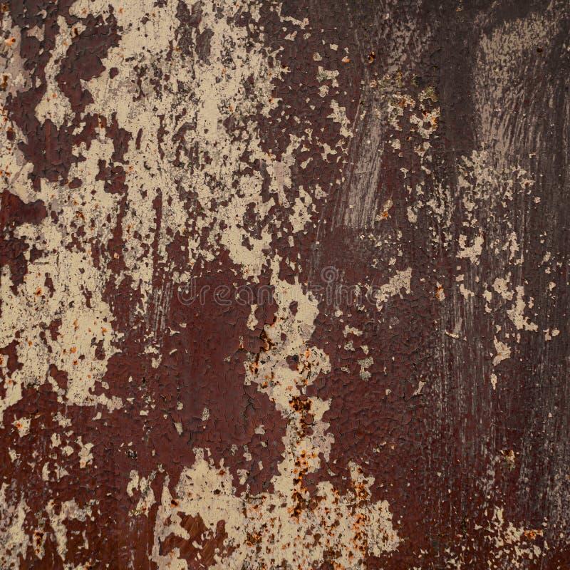 Старая затрапезная ржавая стена металла Затрапезная, треснутая коричневая краска r стоковые изображения rf